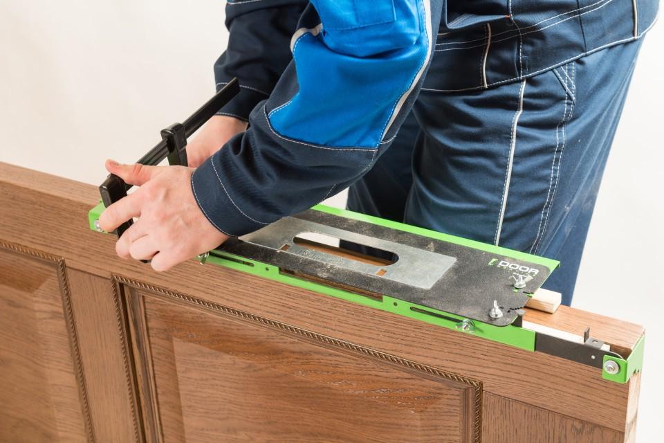 Прочное крепление шаблонов обеспечивают профессиональные струбцины. Они фиксируются единственным движением, легкие и не занимают много места в ящике с инструментами.