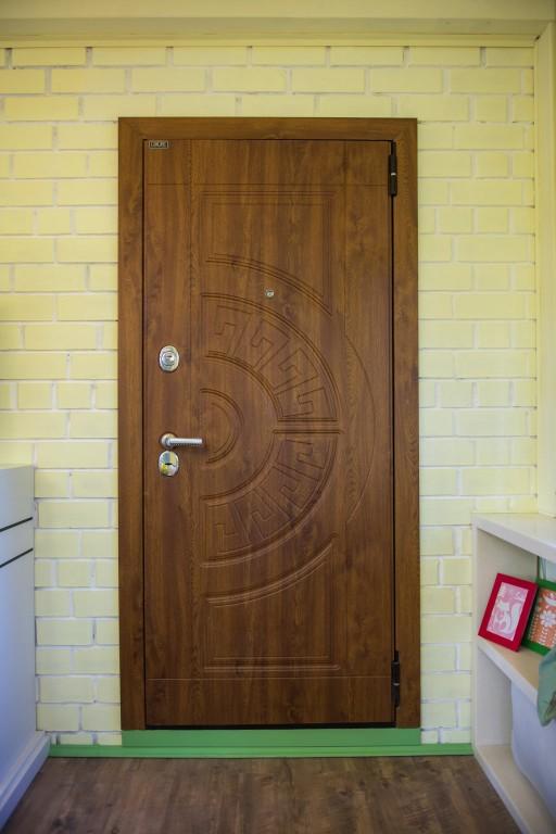 Входная дверь загородного дома выглядит словно сошла с обложки глянцевого журнала. Установили ее наши сотрудники.