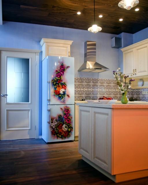 Красивая кухня. Интересная дверь с матовым стеклом. Такие двери требуют чуть больше внимания и аккуратности.
